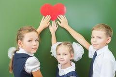 Recepción de nuevo a escuela con amor de niños Fotos de archivo libres de regalías