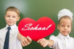 Recepción de nuevo a escuela con amor de niños Imagenes de archivo