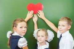 Recepción de nuevo a escuela con amor de niños Imágenes de archivo libres de regalías