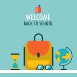 Recepción de nuevo a los vidrios y al reloj de arena del globo de la mochila del fondo de la escuela Imágenes de archivo libres de regalías