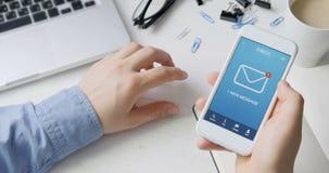 Recepción de un nuevo mensaje en el smartphone almacen de metraje de vídeo