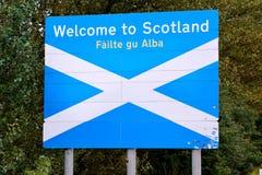 recepción del  del †a la señal de tráfico del  de Scotland†en la frontera entre Englan fotos de archivo
