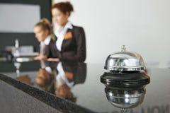 Recepción del hotel con la campana fotografía de archivo libre de regalías