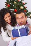 Recepción del regalo de Navidad Imagen de archivo libre de regalías