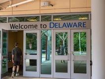 Recepción a la muestra sobre una parada de la zona de descanso, hombre de Delaware que camina adentro fotografía de archivo libre de regalías
