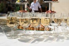 Recepción nupcial Tabla con bocados y vidrios de champán en un restaurante Imagen de archivo libre de regalías