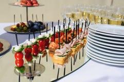 Recepción nupcial Tabla con bocados y vidrios de champán en un restaurante Fotos de archivo libres de regalías