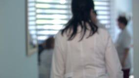 Recepción ocupada del hospital con los doctores y los recepcionistas almacen de video