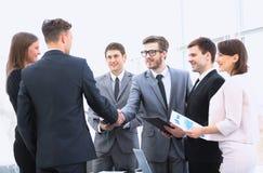 Recepción y apretón de manos de socios comerciales en el informe Fotografía de archivo