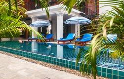 Recepción y piscina del hotel tailandés Fotografía de archivo
