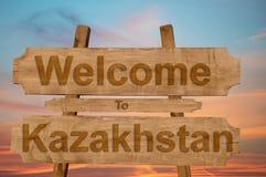Recepción a la muestra de Kazajistán en el fondo de madera Fotos de archivo