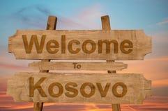 Recepción a la muestra de Kosovo en el fondo de madera Foto de archivo