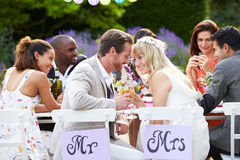 Recepción nupcial de Enjoying Meal At de novia y del novio Imagen de archivo