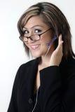 Recepcionista/centro de chamadas amigáveis nos vidros Fotografia de Stock