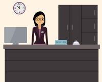 Recepcionista de sexo femenino feliz que se coloca en el hotel Fotografía de archivo libre de regalías