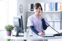 Recepcionista de sorriso na clínica imagem de stock royalty free