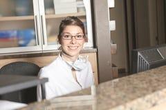 Recepcionista dental Appointment do auxílio fotografia de stock