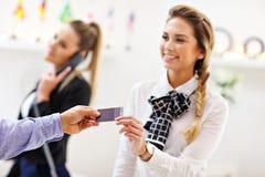 Recepcionista do hotel que dá o cartão chave fotografia de stock royalty free