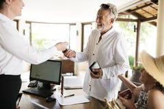 Recepcionista do recurso que dá uma chave de sala a um convidado foto de stock royalty free