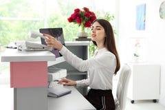 Recepcionista do salão de beleza que usa o computador foto de stock