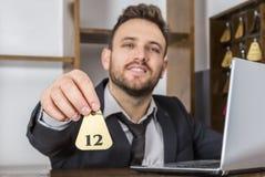 Recepcionista Giving a chave Foto de Stock Royalty Free