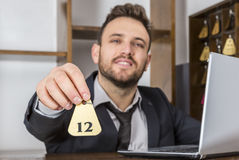 Recepcionista Giving la llave Foto de archivo libre de regalías