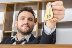 Recepcionista Giving la llave Fotos de archivo
