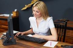 Recepcionista Working At Computer del hotel Fotos de archivo
