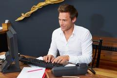 Recepcionista Working At Computer del hotel Imágenes de archivo libres de regalías