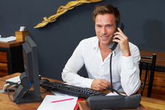 Recepcionista Working At Computer del hotel Imagen de archivo libre de regalías