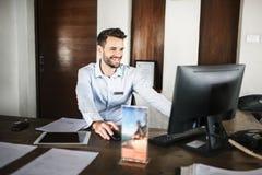 Recepcjonista pracuje przy frontowym biurkiem fotografia royalty free