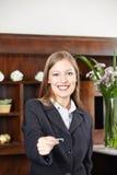 Recepcjonista przy hotelowej ofiary kluczową kartą Obraz Stock
