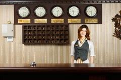 Recepcjonista przy odpierającym biurkiem nowożytny hotel obraz stock
