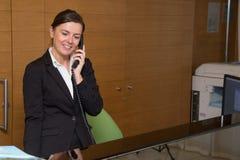 Recepcjonisty odpowiadanie przy telefonem obrazy royalty free