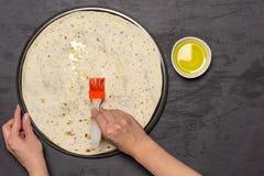 Recept av pizzacapriciosaen på den gråa stenen arkivfoton