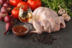 Recept för att laga mat grillad kokt höna med örter och tomater Förberedelse av ingredienser för att laga mat Rått kött och ny ve Fotografering för Bildbyråer