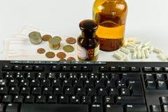 Recept och kassa, online-apotek som beställer läkarbehandlingar Fotografering för Bildbyråer