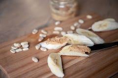 Recept: Snacks van Banaan en Pindadeeg Gezondheid en voeding stock foto's