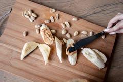 Recept: Snacks van Banaan en Pindadeeg Gezondheid en voeding stock afbeeldingen