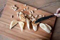 Recept: Snacks van Banaan en Pindadeeg Gezondheid en voeding royalty-vrije stock afbeeldingen
