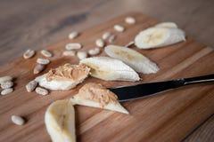 Recept: Snacks van Banaan en Pindadeeg Gezondheid en voeding royalty-vrije stock fotografie