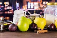 Recepten geleidelijke kruimeltaart met vruchten met restaurant royalty-vrije stock afbeelding