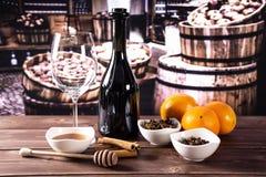 Recepten stap voor stap hete rode overwogen wijn met vaten stock fotografie