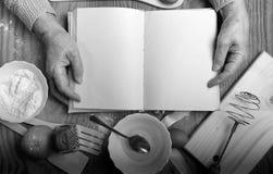 Receptenboek in de handen van een bejaarde Royalty-vrije Stock Afbeeldingen
