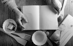 Receptenboek in de handen van een bejaarde Royalty-vrije Stock Foto