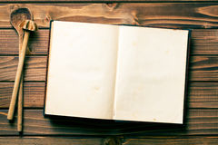 Receptenboek met het bewegen van lepels Stock Foto