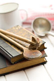 Receptenboek met oud keukengerei stock fotografie