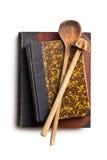 Receptenboeken met houten keukengerei stock afbeeldingen