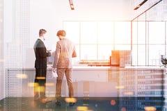 Reception bianca in una gente panoramica dell'ufficio Immagini Stock