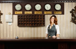Receptionist al contro scrittorio dell'hotel moderno Immagini Stock Libere da Diritti